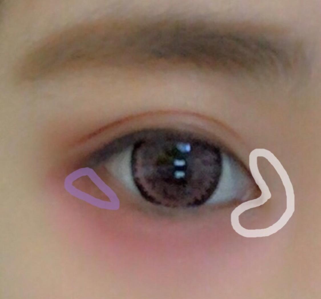 目尻に5の濃い紫を塗ります。 目頭に6のキラキラをくの字にのせます。