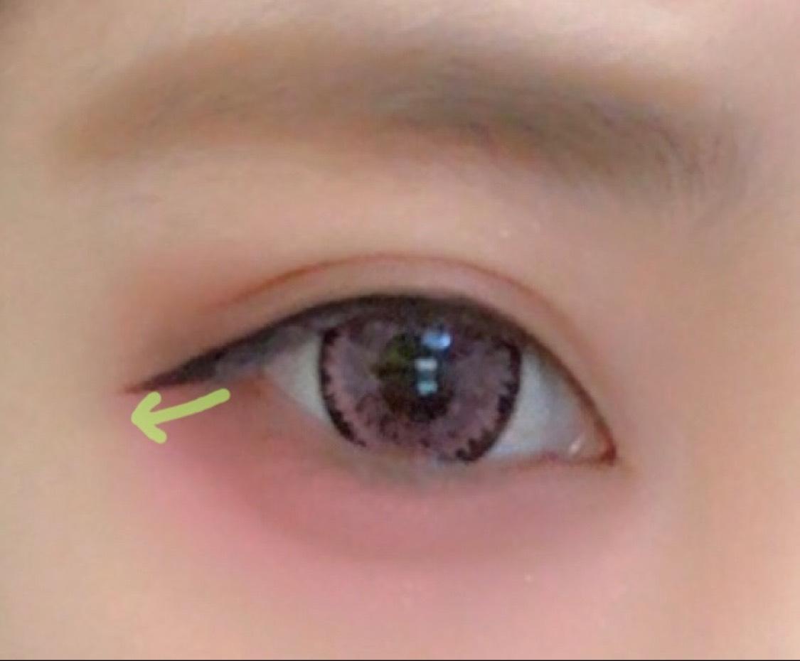 目の形に沿ってシュッと流れるように引きます。