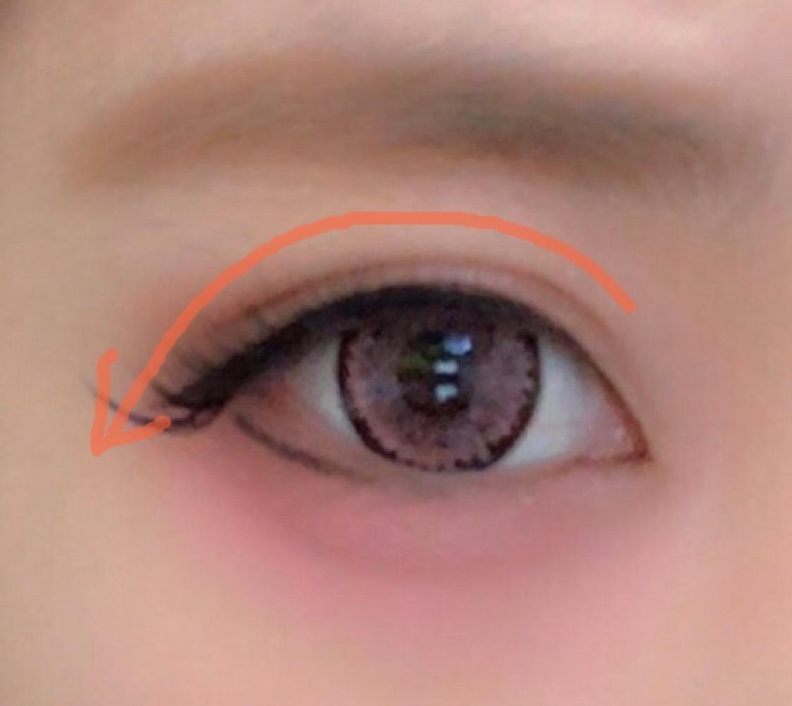 つけまつげをつけます。  目頭は目に光を入れるためにあえてずらして、その分目尻をアイラインの下のラインに合わせてつけます。  かまぼこのピンクの部分のカーブが理想的です☺︎