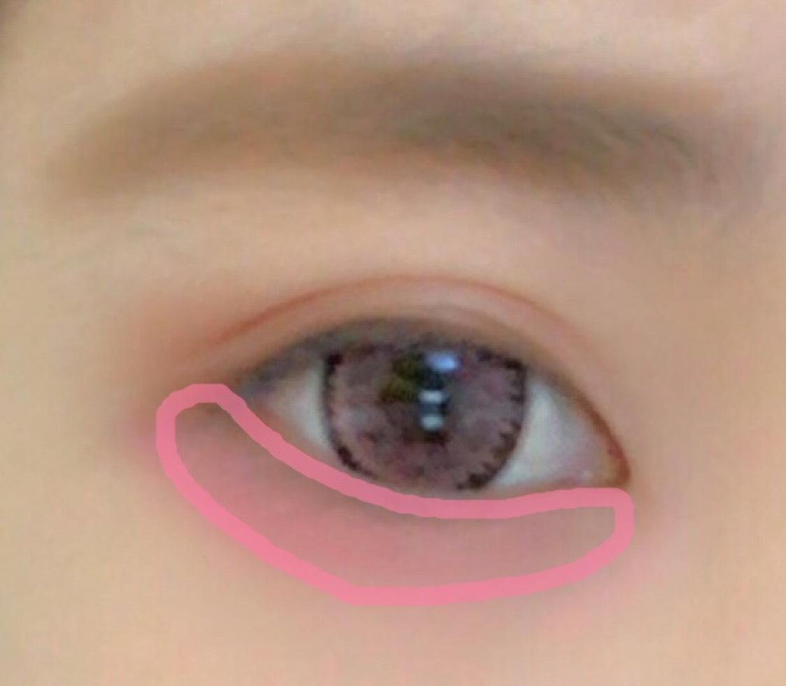 3の少し濃いピンクを涙袋部分にごりごり塗ります。 少し濃いかな…?くらいで大丈夫です。