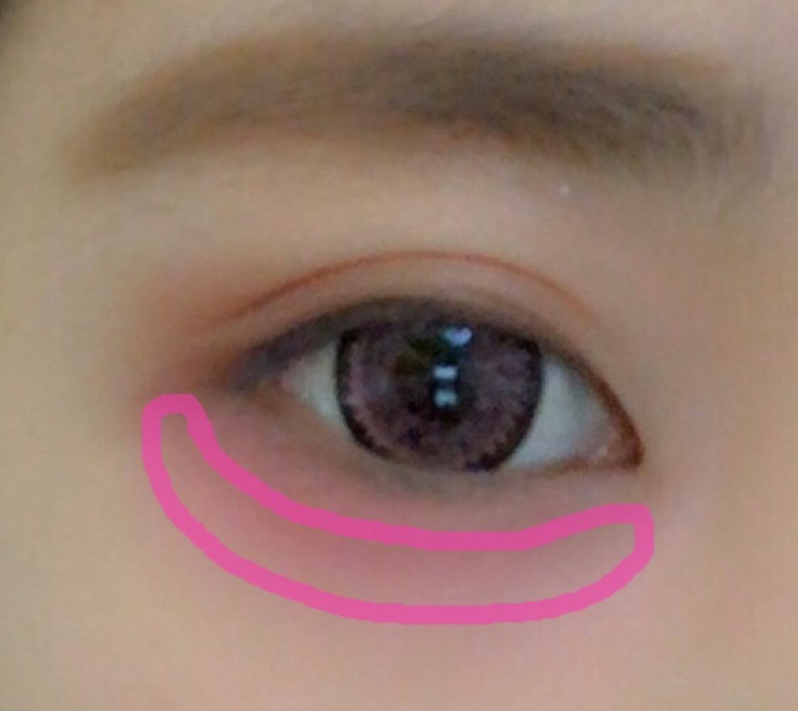 4の中間ピンクを涙袋の下に3と馴染むように塗ります。