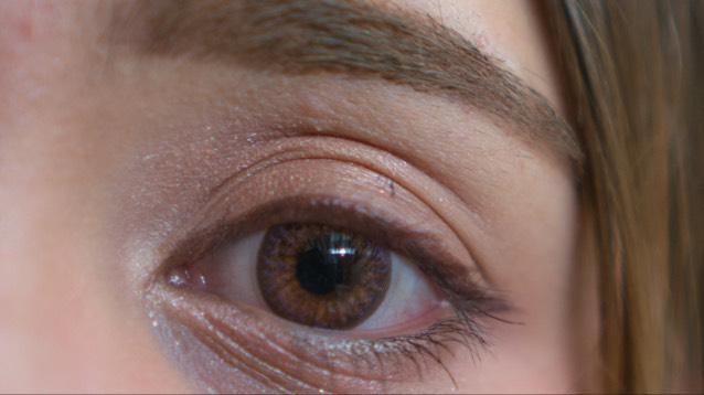 アイライナー(インテグレート)  ブラウンカラーを目元から目尻にかけて細く引き、伸ばします。