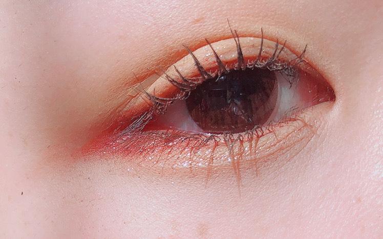 アイプライマーを塗った後、アイホールと涙袋にイエローのアイシャドウを塗ります  目尻側がくのじになるようにピンクのアイシャドウを塗ります