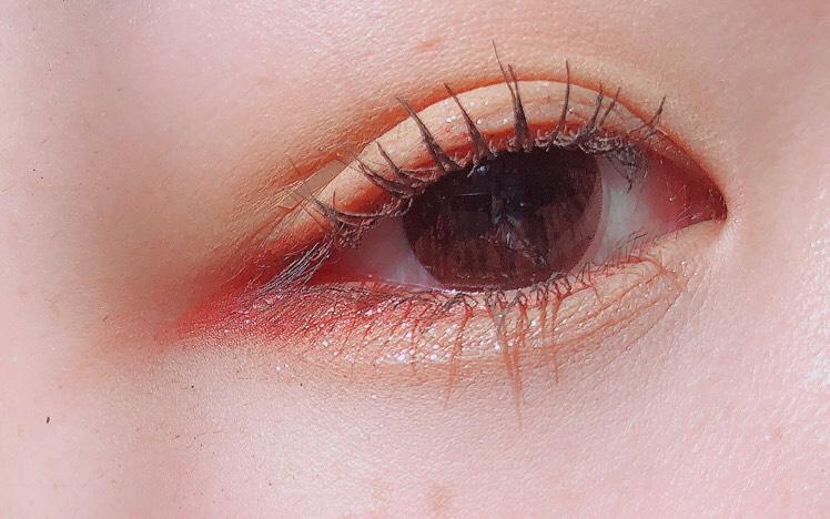 モテライナーのチェリーチークを黒目の上から目尻側に引きます  涙袋にシルバーラメを重ねます