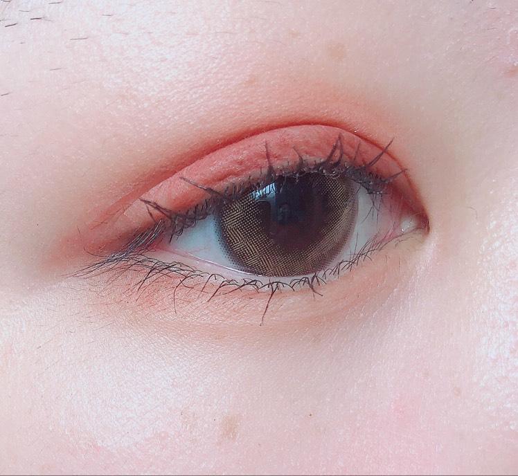 薄めのブラウンを全体に塗った後、二重幅に赤みブラウンをがっつりめにのせます  下まぶたにも薄めブラウンを全体にのせ、目尻3分の1に赤みブラウンをのせます