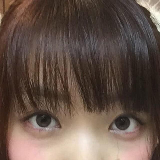 下瞼目頭に白のラメシャドウ 下瞼目尻に明るめのブラウン 下瞼の黒目の下に練りチークをのせます。