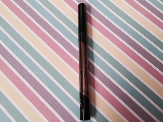 薄ブラウンのリキッド(LB-1)を、二重のラインの目尻側、涙袋の影として真ん中あたりにラインを引き、涙袋ラインは綿棒でぼかす。 アカリン本2と同アイテム使用。