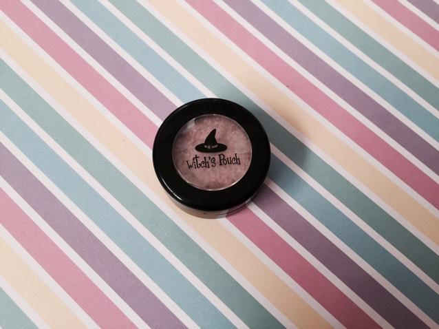 キラキラシャドウ(01)を黒目の上と涙袋に。 アカリン本2では、クリオ プロシングルシャドウ G10使用。