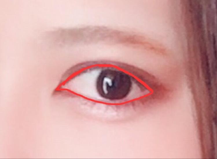 右下の一番濃い色を目のキワ全体に塗って囲みラインを描きます。キツくならない様に細めに・・・