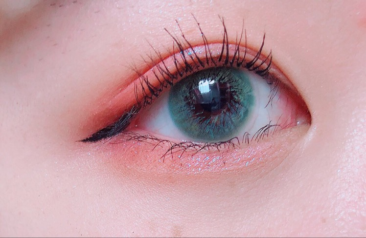 まつげはいつも通りしっかりあげてマスカラを塗ります  アイラインは目尻だけいつもより少し太くして目の形に沿って引きます