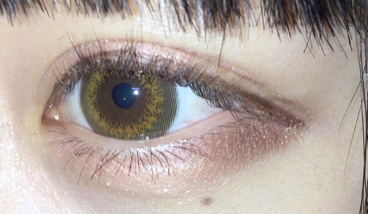 下まぶたにも二重幅と同じ色を。アイラインは、まぶたの方を太く書き奥二重に見せます。 ダブルラインを描いて目を自然にでかくします