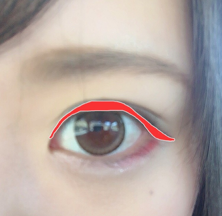 アイラインはブラウンのジェルライナーで黒目の上を太めに、目頭の高さまではみ出して引いてから目の横幅を延長するように引きます。