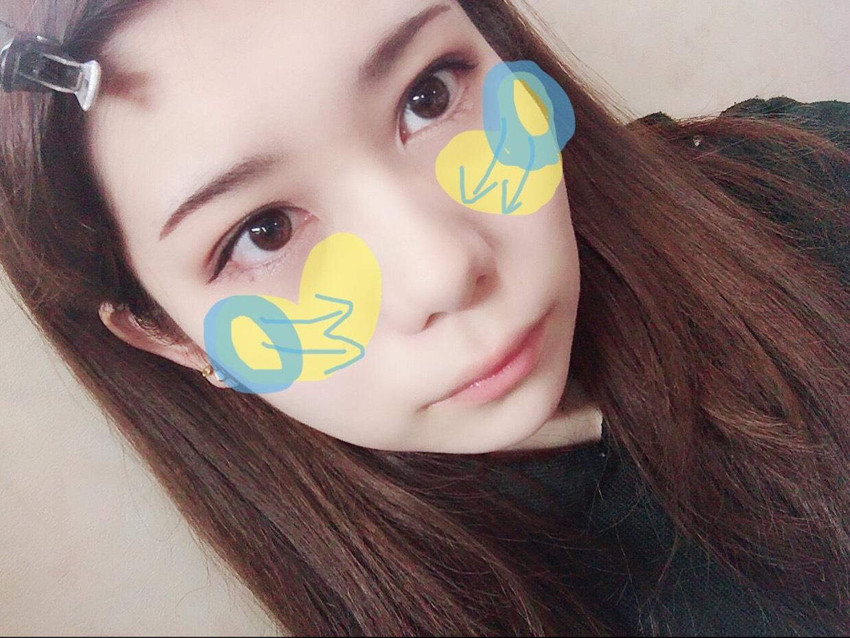 チークは頬骨から塗ります。(青色) 斜め下に持ってきて、目の下鼻のすぐ横ぐらいの骨らへんで繋げて、ハートを描くような感じで塗ります。(黄色)
