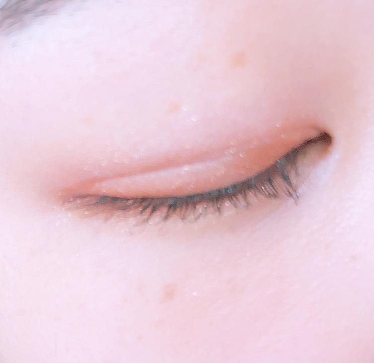 アイラインは目尻のみ目の形に沿ってひき、マスカラはいつも通りしっかりあげて塗ります