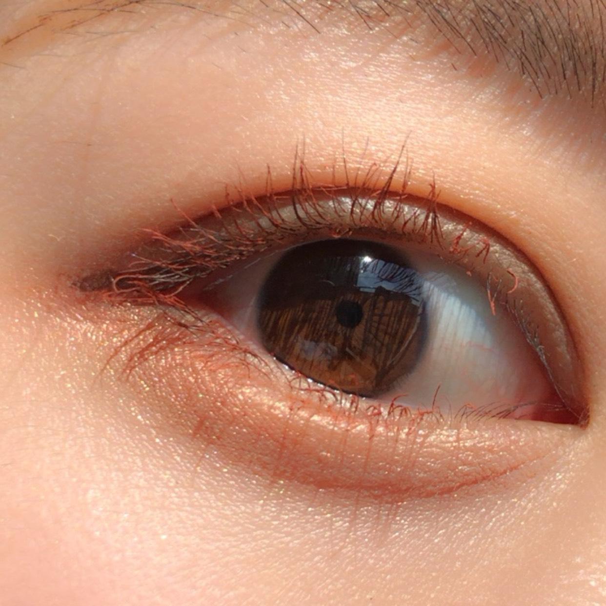 以前レビューした ペリペラのカラーマスカラで まつ毛に色をつけます◎  最後にブラウンのラインを 目に沿う形に目尻だけひいて完成です!