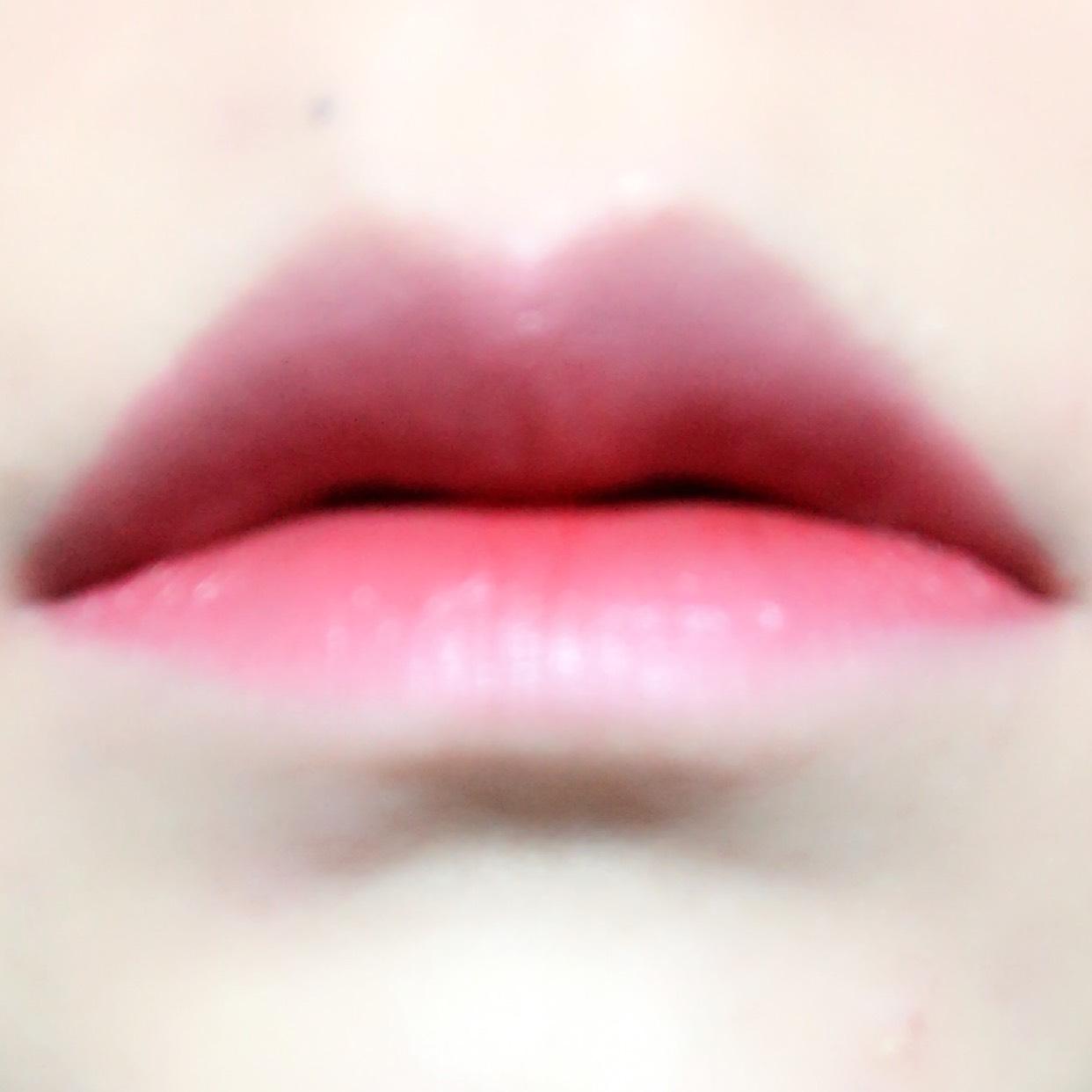 ピンクを塗り、唇の境い目を指でぼかしてから内側に赤リップを塗ります。