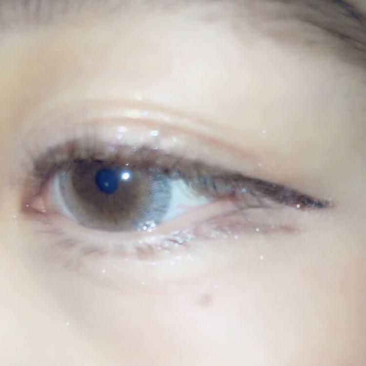 目尻の方だけ、ブラウンブラックを使用。きもーちはねあげ、 締め色で書いてるのは、ラブライナーのブラウンでまっすぐ書きます。