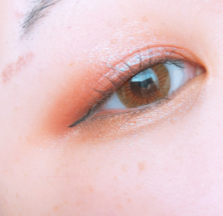 下まぶた全体にもアリスを入れ、キワだけにエチュードハウスのパレットのオレンジブラウンをいれます、 このとき目尻側だけすこし広めに入れるとタレ目にみえます