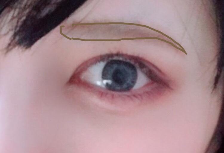 パウダーで眉毛を描きます。眉尻は細めに。 目を強調させたいので、眉は存在感薄い方が良いです。