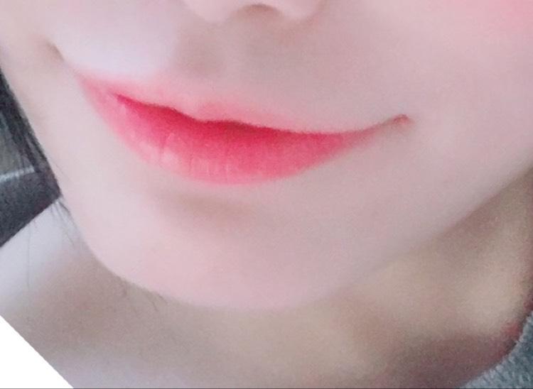 口紅を中央に塗ったら、指で外側に広げてじんわりと色付かせます。