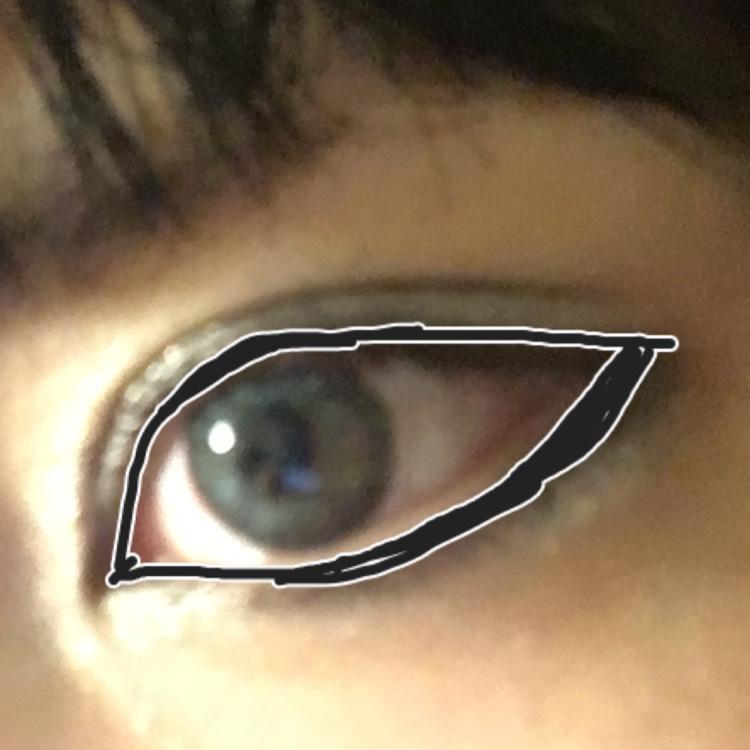 ③のブラックを細いチップに取って、目のキワ全体に細めに塗ります。 指でぼかしたら、上まぶたをブラックのアイライナーでなぞり描きします。 目尻は少しはみ出して切れ長に。