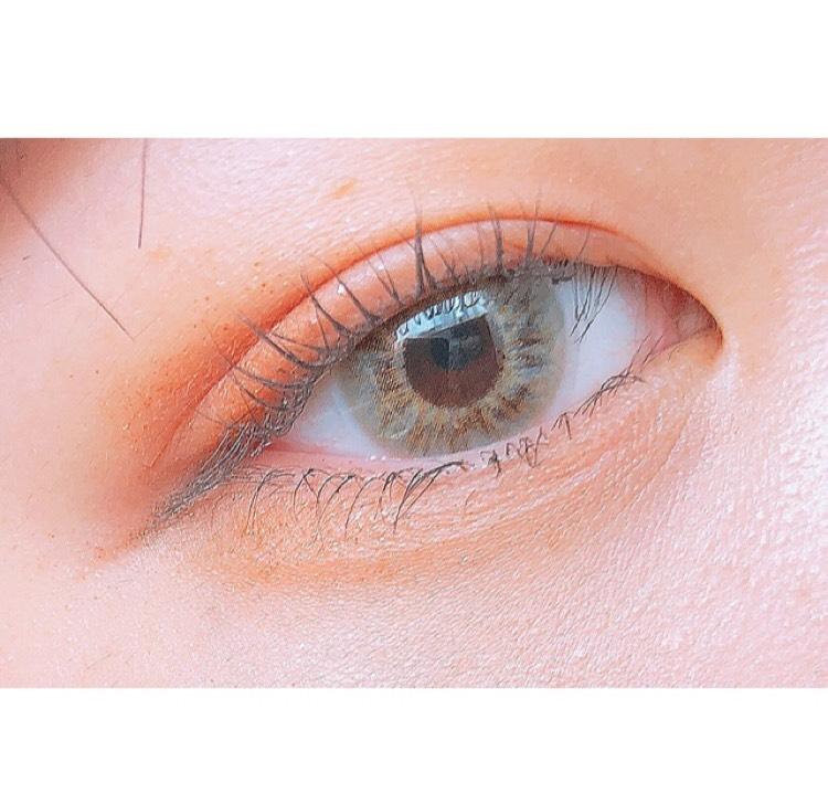 薄めのオレンジシャドウをアイホール全体と涙袋に入れます  濃いめのオレンジブラウンを目尻側にいれます  濃いめのブラウンを下まぶた目尻に少し広めに入れてぼかします  アイブロウで涙袋の影を書きます