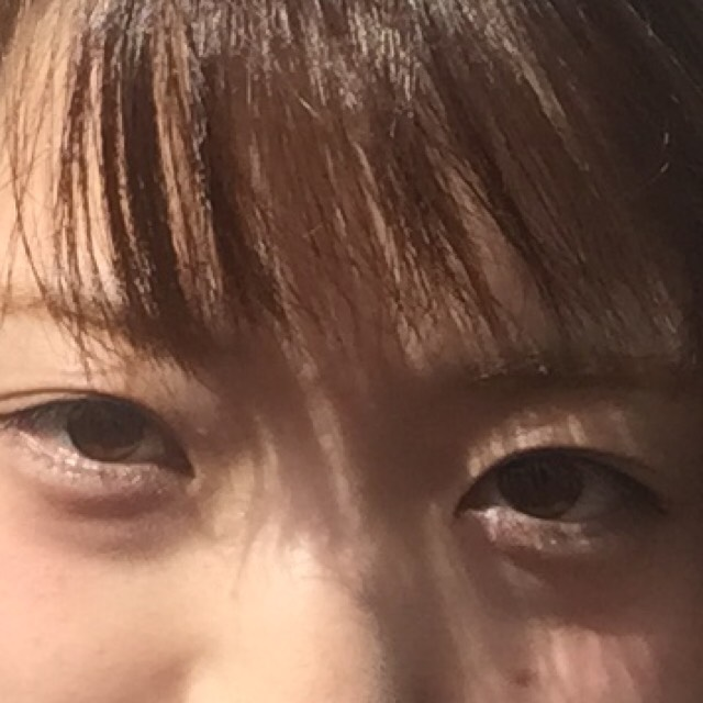 ブラウンラインを目頭から細く  黒目の始まりから目尻は少し太めにすると目が大きく丸くなる気がする 目尻のアウトラインは跳ねずにまつ毛に隠れるくらい  白のラメシャドウを下瞼全体に  目頭の際を濃い目に  ラメなしブラウンシャドウを目尻1/3薄めに