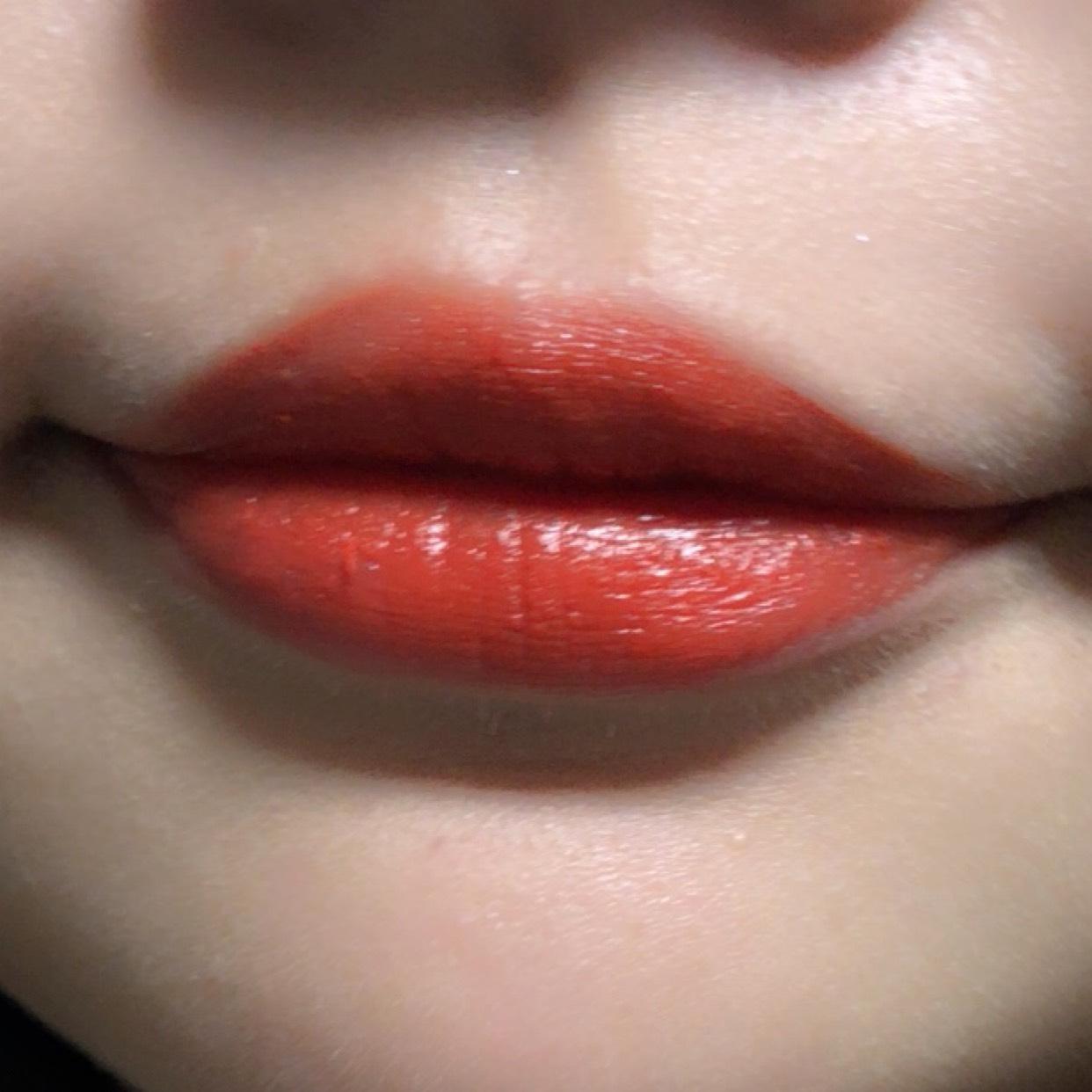 【 室内 】 テクスチャーはクリーミーなんですが 仕上がりではツヤがでます✨  実際に唇にのせてみると 渋い感じはなくなって 明るい色味なのが伝わると思います!