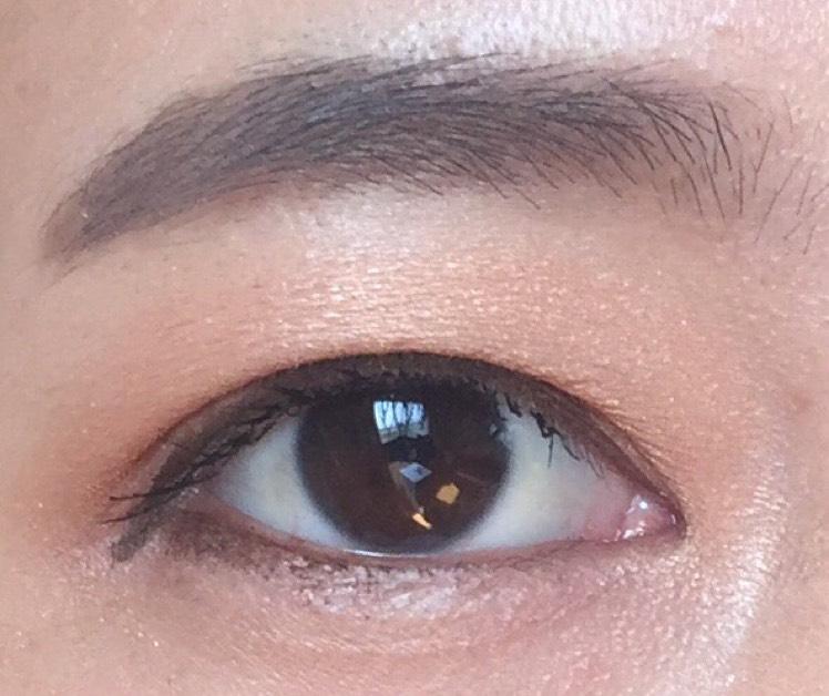下目尻の濃い目のブラウンのシャドウによるラインが、印象的な目元にするコツです!