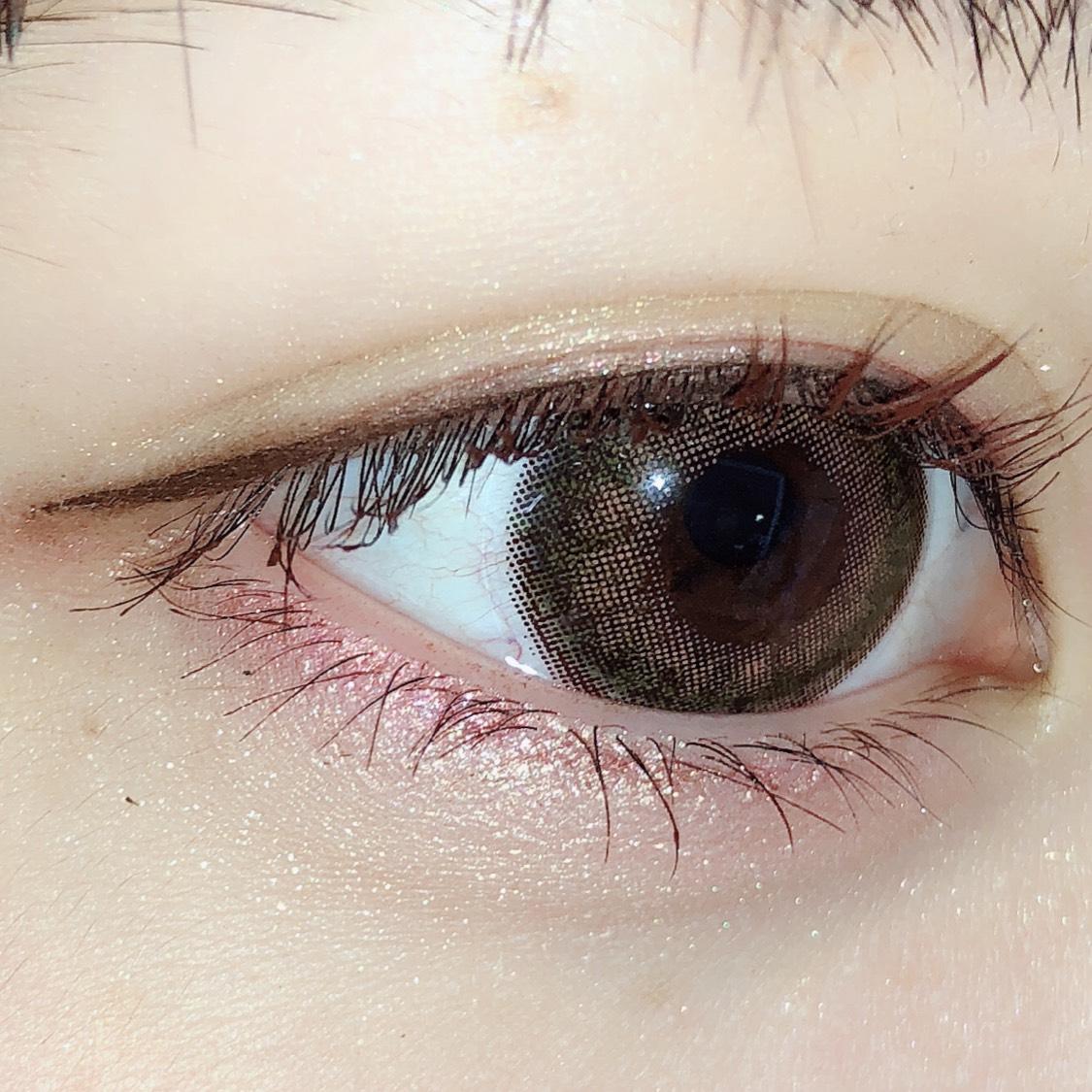 目の粘膜をしっかりアイライナーで埋めたら、垂れ目になるように目尻のラインを引きます