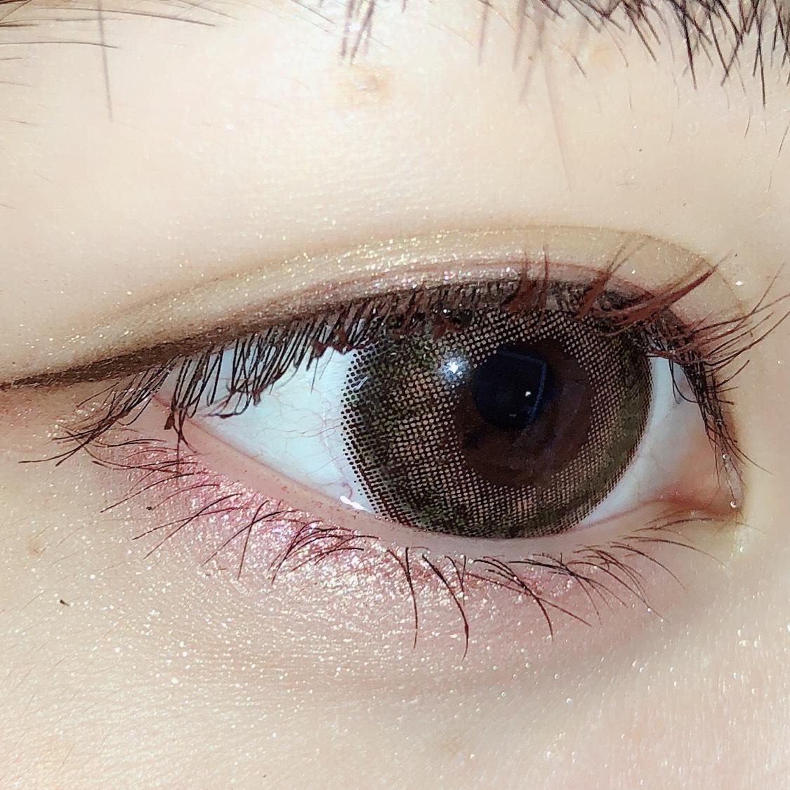 下瞼も上瞼と同じ手順でアイシャドウを乗せます