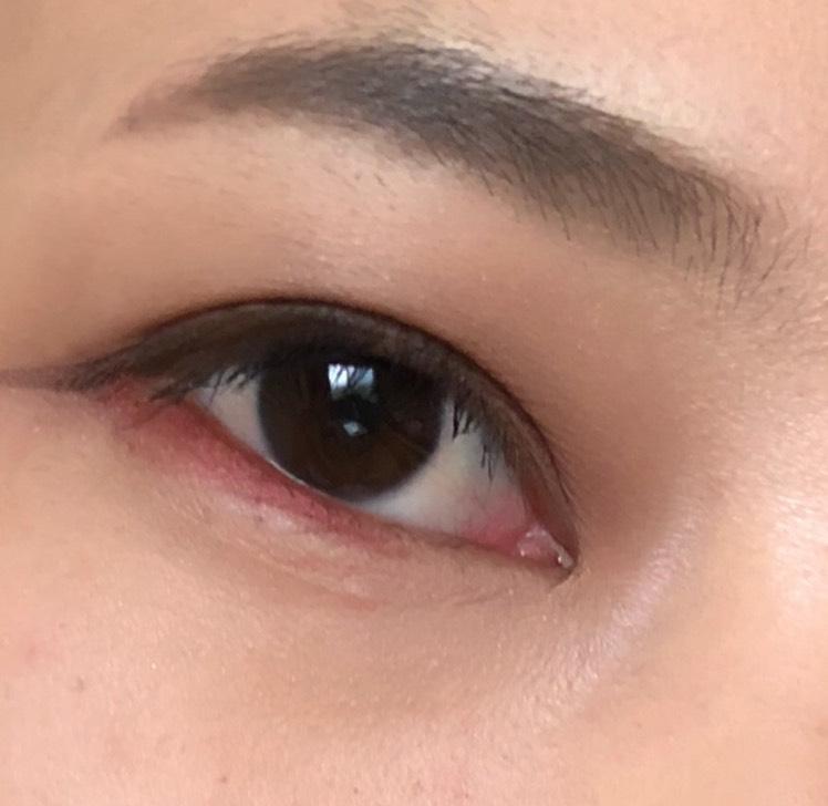 下まぶたの赤シャドウで、まるで泣いた後のような色っぽさが出ます まゆは眉頭をしっかりと描かず、離れまゆにすることで、気だるげな空気感になります