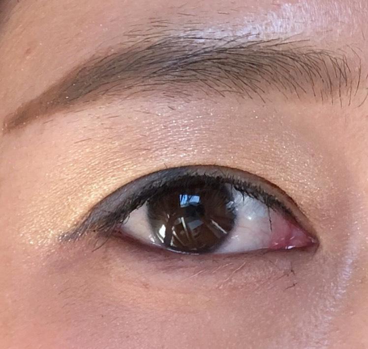 目尻長めに引いたネイビーのラインと相性が良くなるように眉は長めに描きます クールな色を使ったぶん、眉の形などで女性らしいフェミニンな雰囲気にすることで、普段使いしやすくします