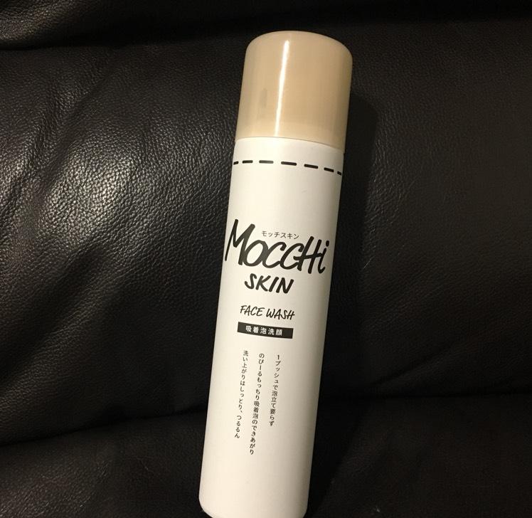 モッチスキンは白と黒両方使いましたが個人的に白の方が洗い上がりがしっとりしていて好みでした。 缶をよく振って立てた状態で泡を出します。 私は最初缶を逆さにして中身が出てきませんでした。← トルコアイスのようなもっちりしていて伸びる泡なので口で息をする時に口の中に入らないように注意してください。 泡で顔をマッサージするように優しく洗ってぬるま湯で流します。