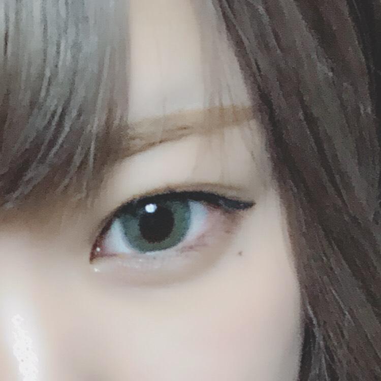 フィルターや光の加減で分かりづらいですが、 下まぶたにADDICTIONのシャドウを塗り、下まぶたは茶色っぽくしてます 切開ライン引いたりしてもいいかもしれないです 少しハーフっぽく意識してます アイラインは目の形に沿って最後はね上げてます