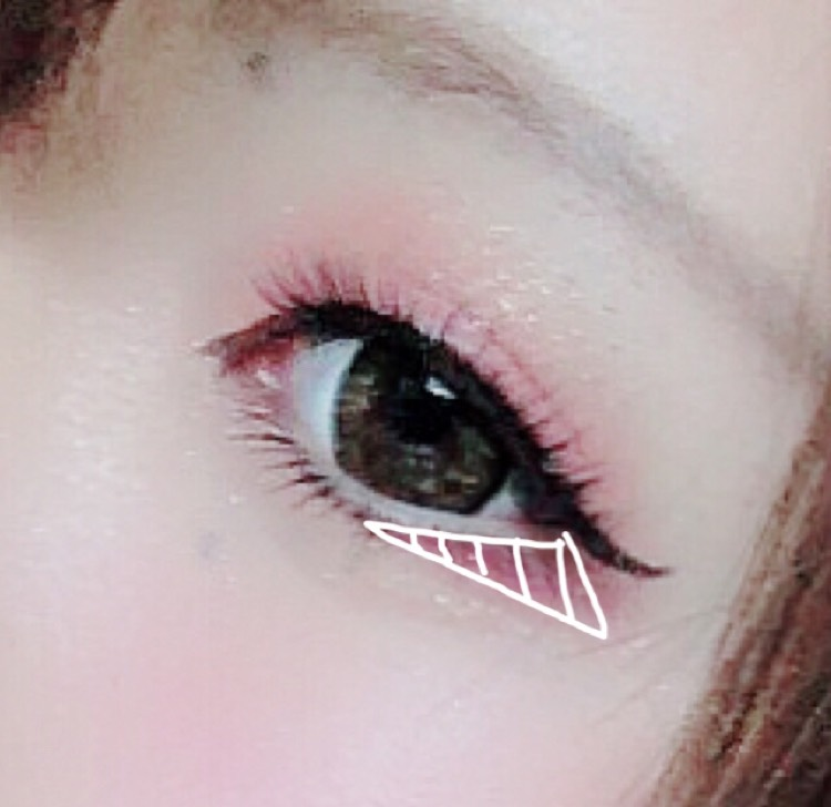 目尻三角形に濃いピンクを入れて、お好みでブラウンのシャドーを乗せるのもアリです。