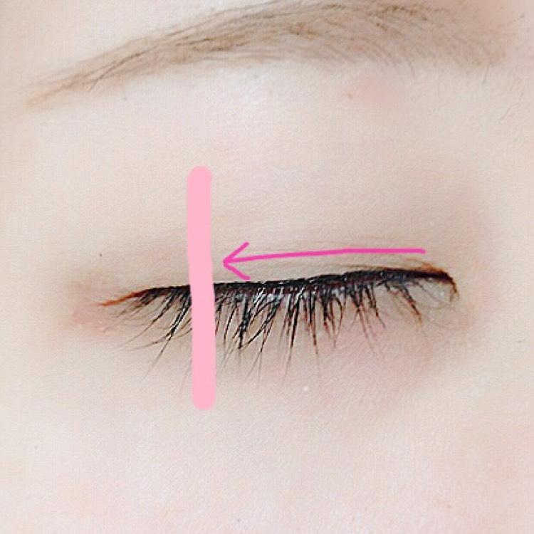 目頭から、ピンクの線のあたりまでは目を閉じた状態でアイラインを引きます。  この時に、太くならない様に、できるだけ細く引くとナチュラルに仕上がります( ³ω³  ).。o  この写真は、ピンクの線までアイラインを引いてあります。  私はこのくらいナチュラルなのが好みです!