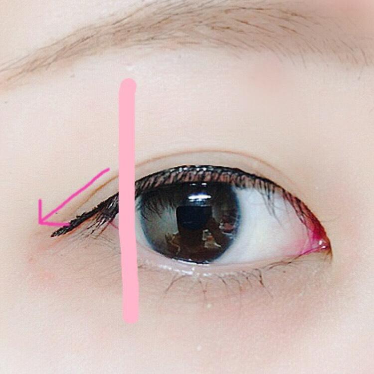 そして、さっきのピンクの線から、目尻にかけて目を開けながらアイラインを引きます。  ここからは、目を開けてアイラインを引いてください。  この時に、二重幅と平行になる様にアイラインを引くと自然です( *'ω'* )  私は、目の横幅がないことがコンプレックスなので、目尻は延長してラインを引きます♪