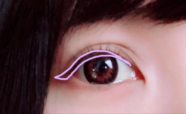 アイシャドウを塗った後に、瞼を指で引き上げながらまつげの生え際にアイライナーを引きますʕ•ᴥ•ʔ