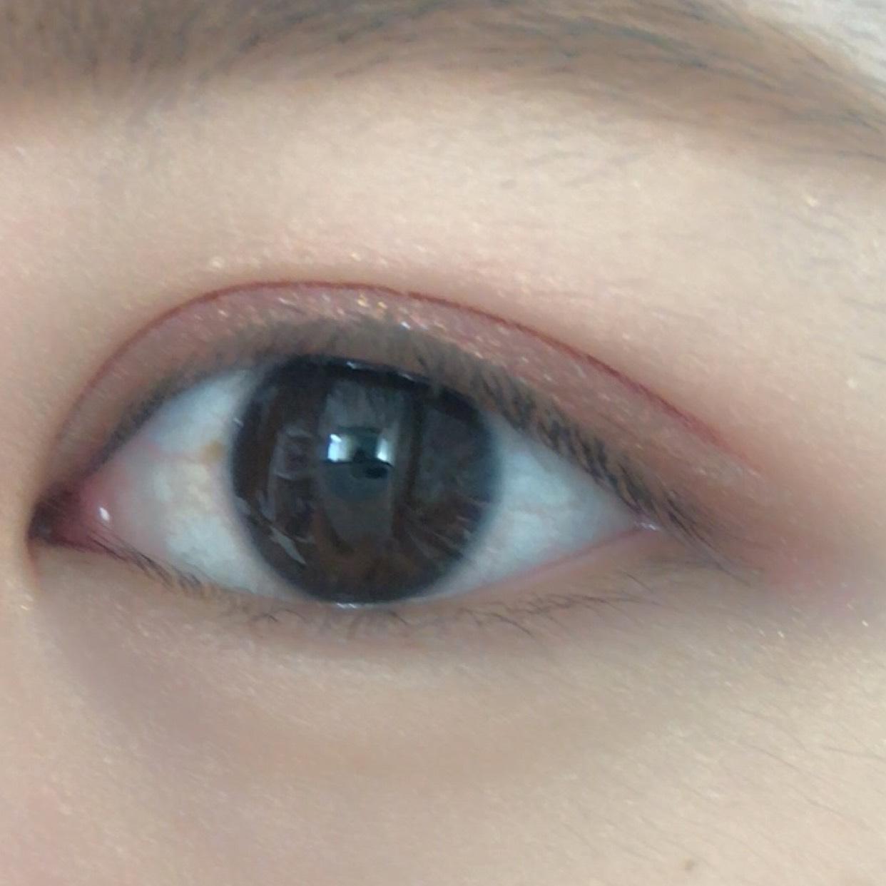 何度も目を閉じたり開いたり 色の濃さが ・薄すぎないか ・濃すぎないか 調節しながら 二重まぶたに重ねてゆきます✨