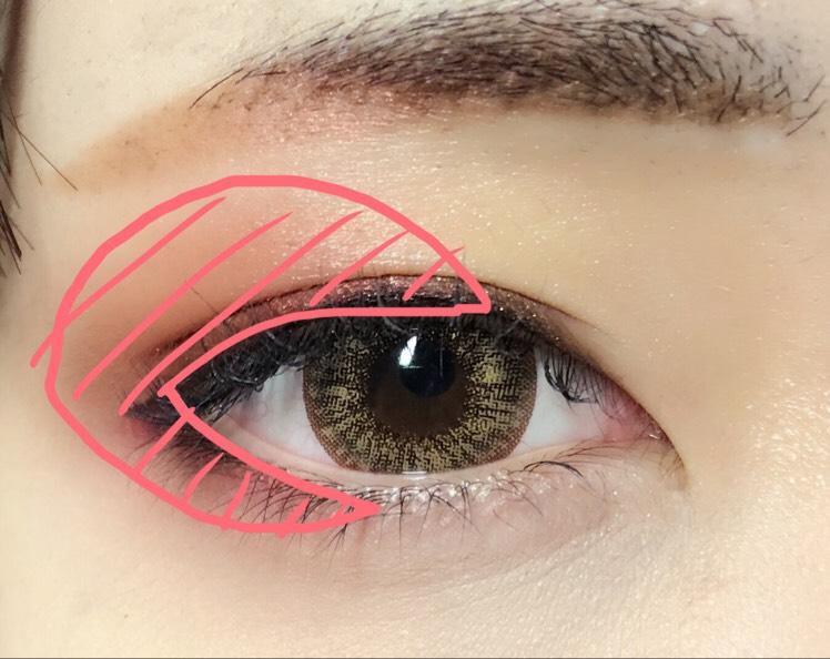 MACのスモールアイシャドウ(ラディー)をアイシャドウブラシで目尻側全体(?)に塗ります。 アイシャドウを指でぼかしながら塗り重ねていくと綺麗にグラデーション出来ます
