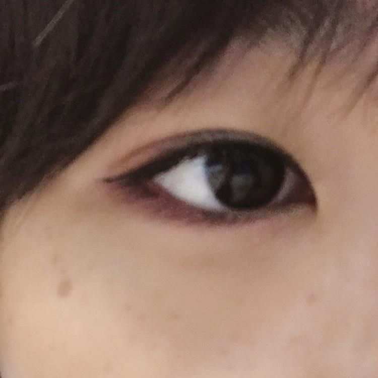 最後の仕上げ ロレアルのアイシャドウパレットの一番左の色を目を開いた状態の上まぶたの真ん中と目頭に筆でのせます
