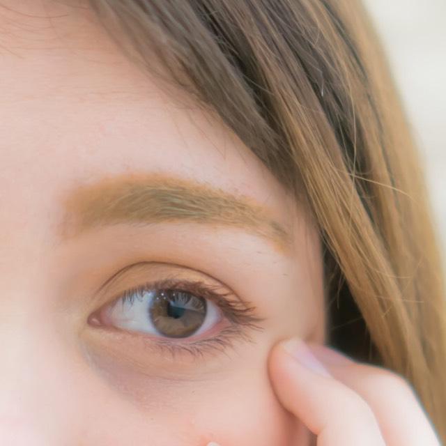 眉メイク ①眉頭、眉尾をブラウンのペンシルで書きます ②全体をパウダーでぼかします。眉頭の部分は薄めカラー、眉尾の部分は少し濃ゆ目のブラウンカラーを使用します ③眉マスカラで整えます 少し明るめの色を使用することでふんわりした感じに仕上がります ④薄めのアイブロウパウダーで眉頭から鼻にかけての影をつけます