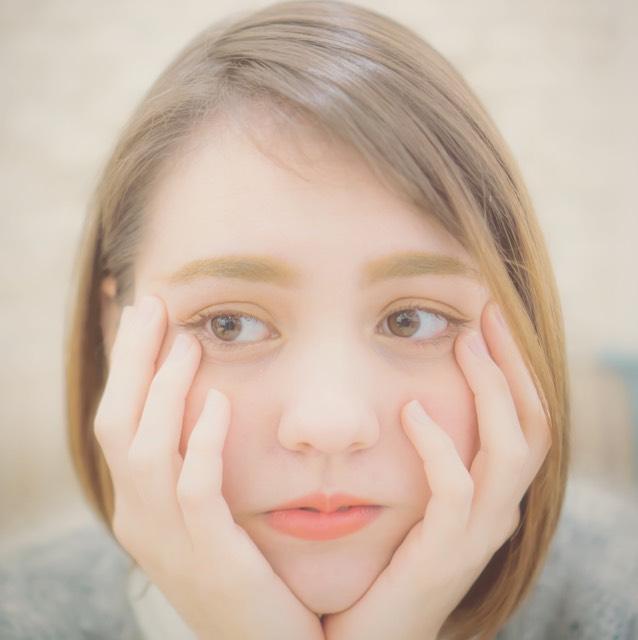 チーク 私はチークをいつも頬骨あたりから目の中心あたりまで薄く乗せます。カラーはオレンジです。(キャンメイクさん使用) チークはパーソナルカラーに合わせて使用してください。顔の印象が変わります。 面長の方は中心部分に入れると視点が集中しづらく、均等に見えます。 また、若い方は上側に乗せると元気、フレッシュな感じが出ます(美容師さんが教えてくれました!)
