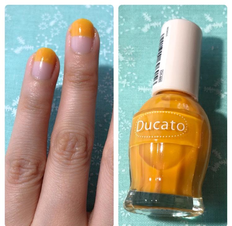 ベースコートを使用してから薬指と中指は半分くらいでフレンチネイルにします。 親指と小指は2度塗りで単色ネイルにしています。