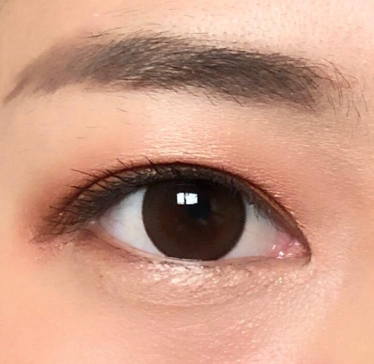 目尻のみアイラインを引くことで、目が小さく見えてしまうのを防ぎます
