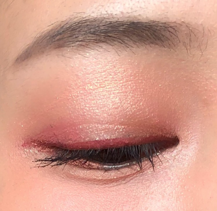 全体的に赤みのあるアイテムを使うことで、発色が柔らかくても赤みが際立ちます