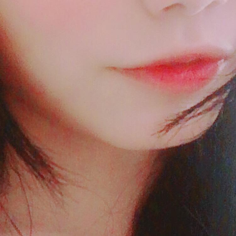 コンシーラーで唇の輪郭を消したら、中心にジェリーリップティントを塗ります。 指でぼかして馴染ませます。