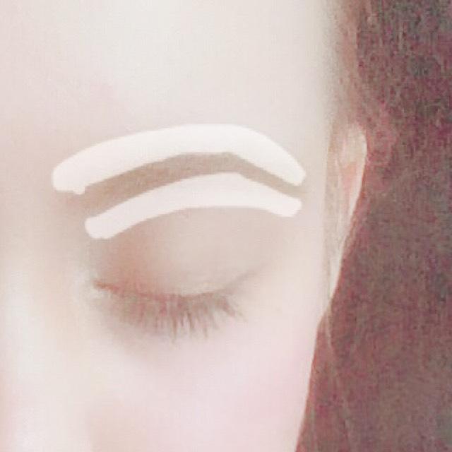 眉が終わったら、眉の周りをリキッドタイプのコンシーラーでくっきりさせます。 しっかりと伸ばしてください。