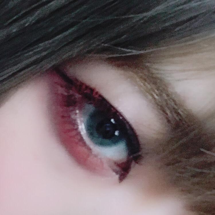 上瞼は濃いめのブラウンでシンプルに 横幅を意識して下瞼に赤シャドウを塗ります 黒のアイシャドウで涙袋に影を描きます キツめの切開ラインと、目尻側の赤いマスカラがポイント